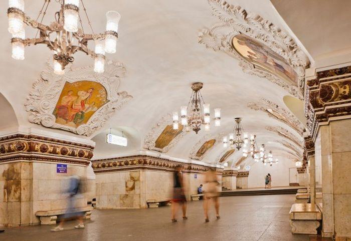 Suasana di stasiun kereta bawah tanah di Moscow.