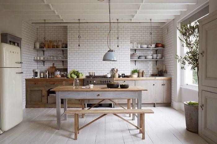 Desain dapur fungsional dengan peralatan lengkap memasak.