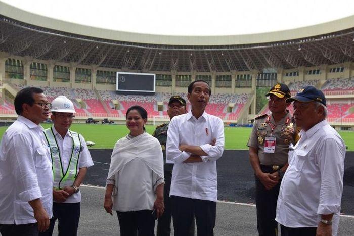 Presiden Joko Widodo didampingi Ibu Negara Iriana, Seskab, dan Menteri PUPR meninjau pembangunan Stadion Utama Papua Bangkit, di Jayapura, Papua, Senin (1/4/2019).
