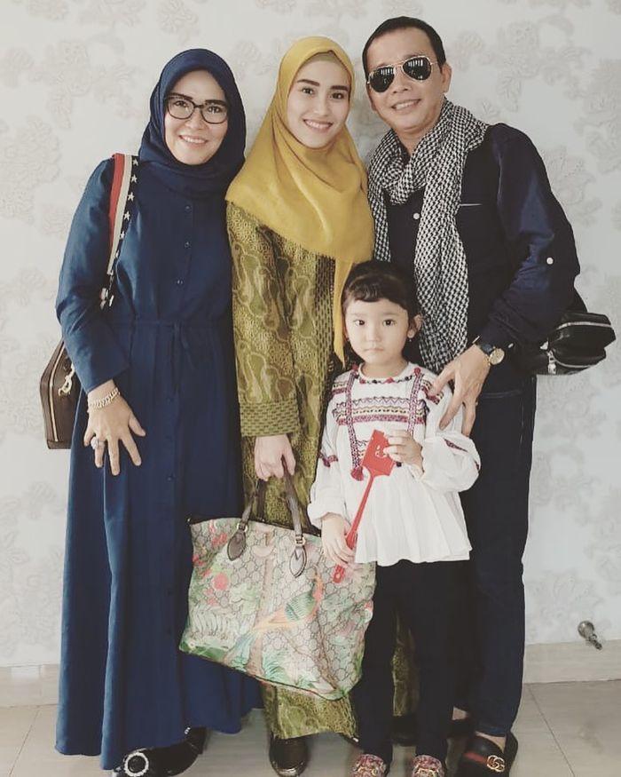 Kebersamaan Ayu Ting Ting dan keluarga