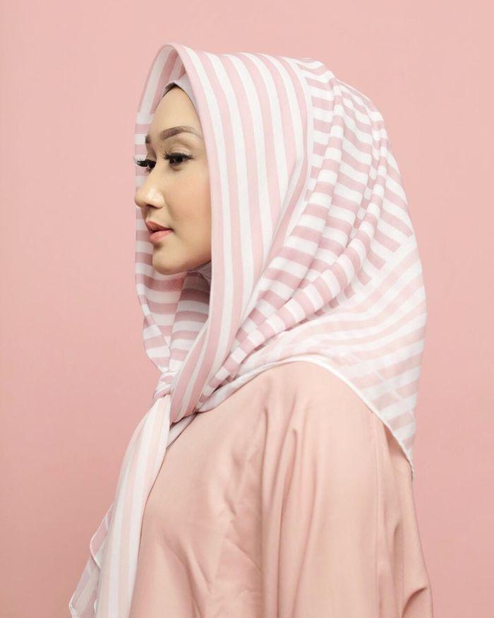 Gaya hijab tanpa jarum pentul dengan diikat ala Dian Pelangi