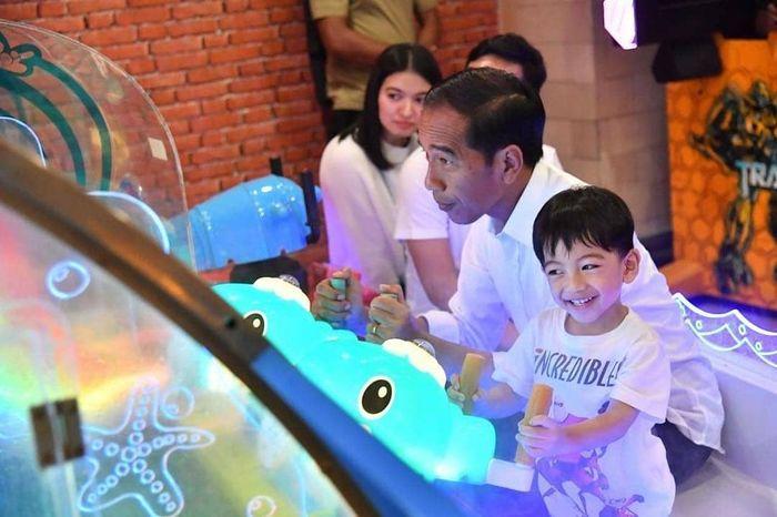 Jokowi menyempatkan menjenguk cucunya, Jan Ethes