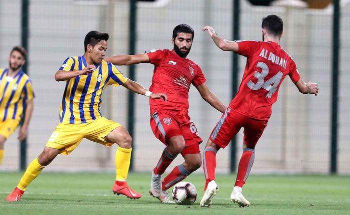 Penyerang Al Gharafa U-23, Andri Syahputra (kiri) yang diadang dua pemain Al Duhail U-23 pada laga Qatargas League atau Liga Qatar U-23, 2 April 2019.