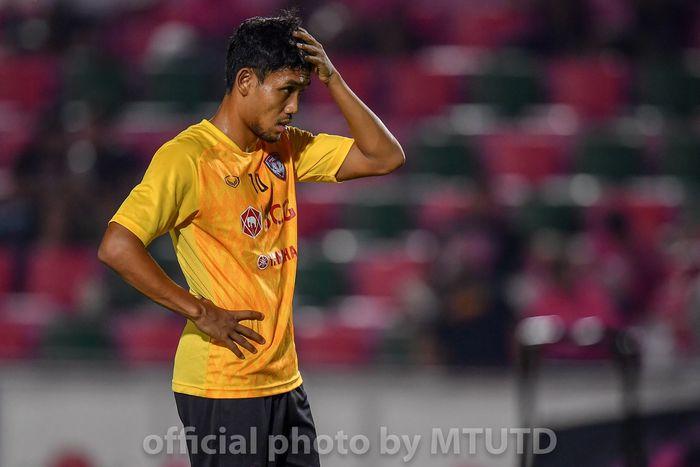 Ekspresi striker Muangthong United, Teerasil Dangda seusai dikalahkan Chainat FC pada pekan keenam Liga Thailand 1 2019, 3 April 2019.