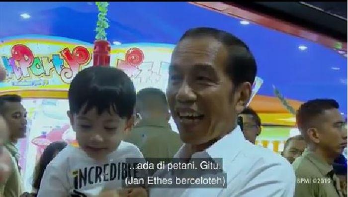 Presiden Jokowi bersama cucunya, Jan Ethes