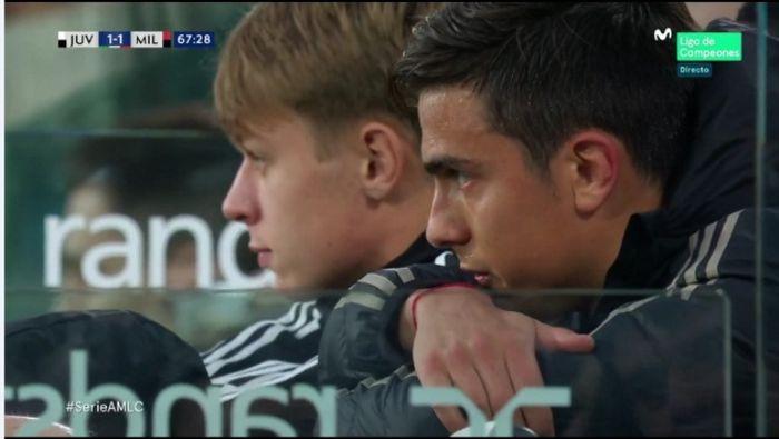 Bintang Juventus, Paulo Dybala, menyaksikan sisa laga kontra AC Milan lewat bangku cadangan.