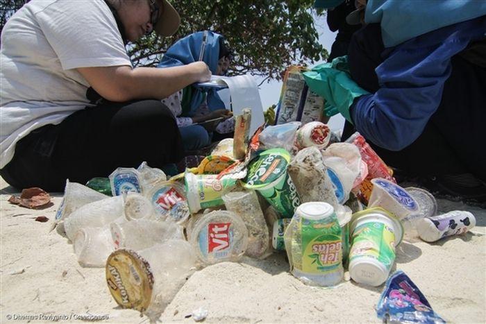 ilustrasi kegiatan pungut sampah plastik di pantai