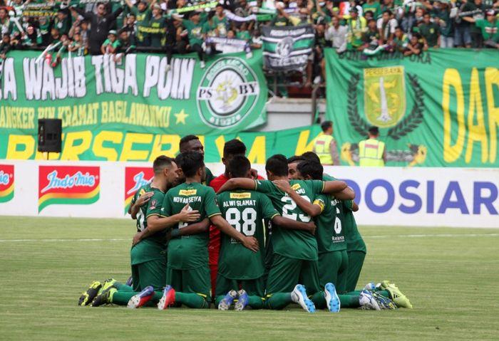 Aksi kebersamaan pemain Persebaya Surabaya sebelum pertandingan di Piala Presiden 2019.