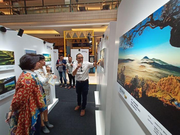 """Didi Kasim, Editor-in-Chief National Geographic Indonesia menjelaskan penilaian karya pemenang dan finalis lomba foto bertajuk """"Go Wider Go Up: Indonesia Bercerita"""" di Kota Kasablanka, Jakarta Selatan."""
