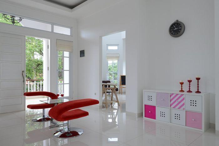 Aksen warna kontras melalui sofa dan kredensa.