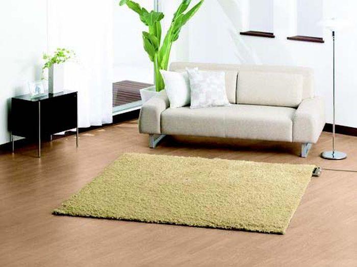 Ketebalan karpet, bulu yang lembut, warna cokelat netral memberi kesan ruang yang hangat.