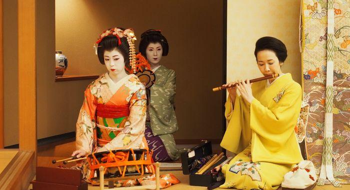 Geisha memainkan alat musik tradisional Jepang