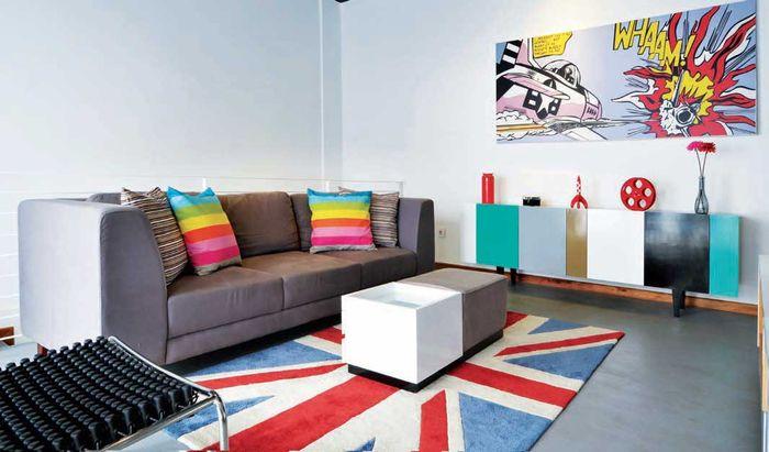 Lantai yang dilapis dengan <a href='https://bangka.tribunnews.com/tag/cat' title='cat'>cat</a> epoxy <a href='https://bangka.tribunnews.com/tag/warna' title='warna'>warna</a> abu-bau tampil lebih trendi dengan karpet penutup bermotif bendera Union Jack.