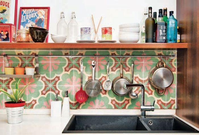 Tegel Kunci dapat diterapkan pada dinding dapur. Untuk menghemat anggaran, pasang di sebagian dinding yang mudah tertangkap mata. Warnanya dapat membuat Anda lebih semangat memasak.