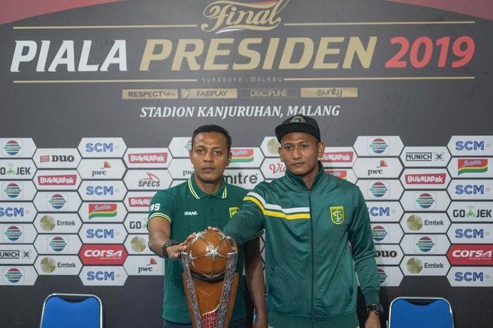 Asisten Pelatih Persebaya Surabaya Bejo Sugiantoro (kiri) bersama kiper Abdul Rohim memegang trofi Piala Presiden dalam jumpa pers jelang laga final leg kedua Arema FC vs Persebaya di Kantor Arema, Malang, Kamis (11/4/2019).