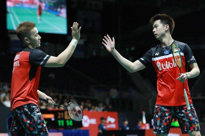Reaksi ganda putra Indonesia, Marcus Fernaldi Gideon/Kevin Sanjaya Sukamuljo, pada pertandingan perempat final Singapore Open 2019 di Singapore Indoor Stadium, Singapura, Jumat (12/4/2019).