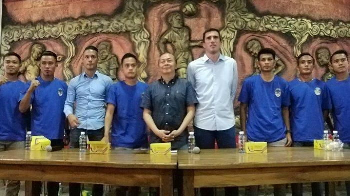 CEO PT PSIM Jaya, Bambang Susanto dan pelatih Vladimir Vujovic alias Vlado berfoto bersama tujuh rekrutan anyar PSIM Yogyakarta di Monumen PSSI, Wisma Soeratin, Baciro, Jumat (12/4/2019).