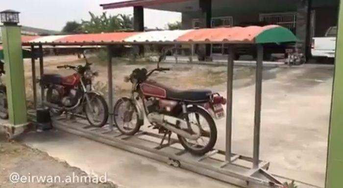Tajir Melintir, Pria Thailand ini Gunakan Puluhan Sepeda Motor untuk Pagari Rumahnya
