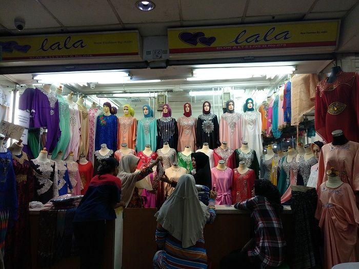 Salah satu toko di Pusat Grosir Tanah Abang yang menjual busana kaftan couple ibu dan anak