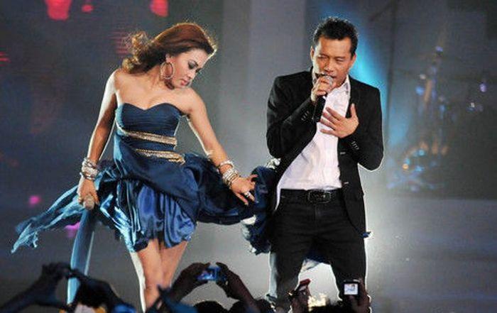 Gaya seksi Syahrini saat duet dengan Anang Hermansyah