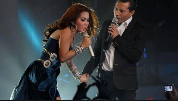 Gaya jadul Syahrini saat duet mesra dengan Anang Hermansyah