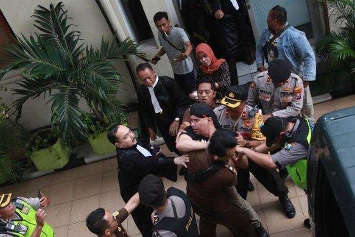 Ahmad Dhani bersitegang dengan jaksa pengawal, kericuhan itu terjadi usai sidang lanjutan kasus vlog idiot? yang beragendakan tuntutan di PN Surabaya ditunda, Kamis (11/4/2019)