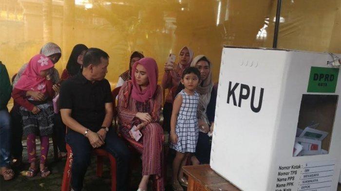 Keluarga Ayu Ting Ting memberikan hak suaranya pada Pemilu 2019