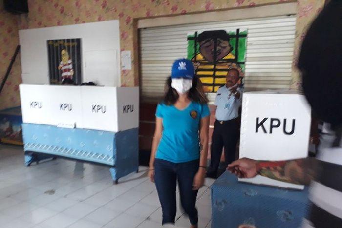 Vanessa Angel nyoblos di Rutan Kelas I Surabaya Medaeng di Sidoarjo.