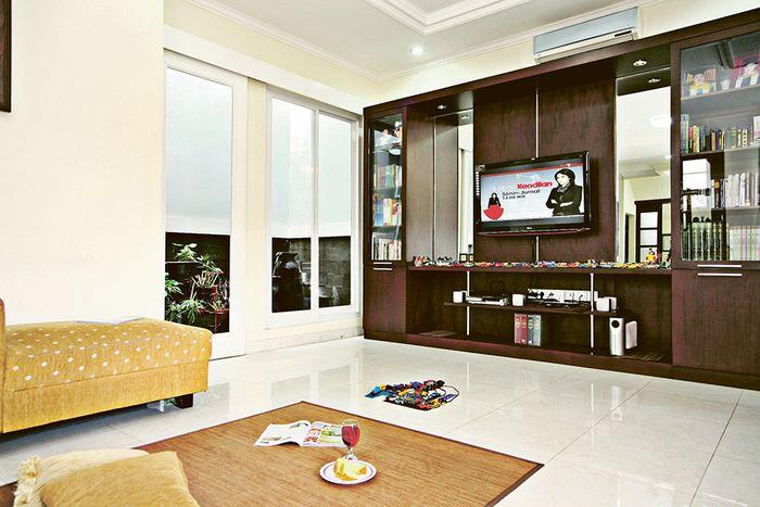 Ruang Keluarga minim perabot, ruang terasa luas