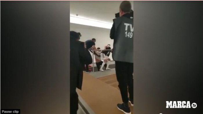 Pelatih Juventus, Massimiliano Allegri, diceburkan ke dalam kolam seusai mengamankan scudetto 2018-2019