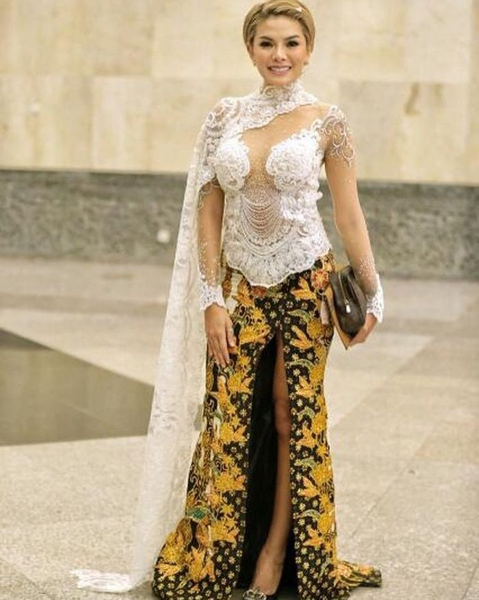 Seksinya Nikita Mirzani Pakai Kebaya Modern Dan Rok Batik Belahan
