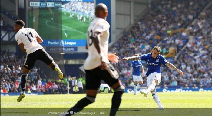 Bek Everton, Lucas Digne, mencetak gol dalam laga pekan ke-35 Liga Inggris kontra Manchester United di Goodison Park, 21 April 2019.