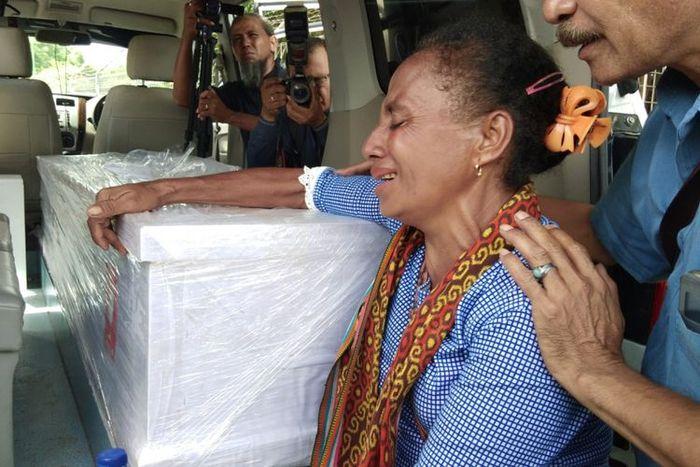Petronela Sau, menangis saat melihat peti jenazah Adelina Sau, di mobil jenazah di dekat Kargo Bandara El Tari Kupang, Nusa Tenggara Timur (NTT), Sabtu (17/2/2018)