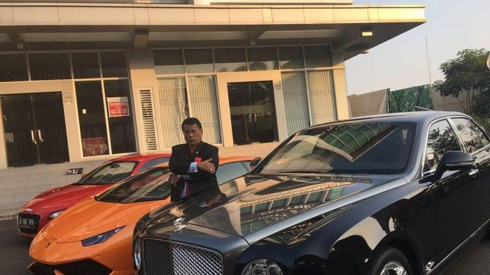 Hotman Paris dan koleksi mobil mewahnya