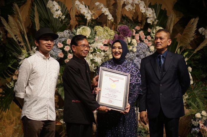 Pemberian penghargaan dari MURI untuk acara di Lapangan Bisbol Gelora Bung Karno