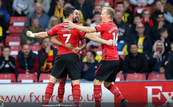 Striker Southampton, Shane Long (kiri), merayakan gol yang dicetak ke gawang Watford dalam laga Liga Inggris di Stadion Vicarage Road, Selasa (23/4/2019).