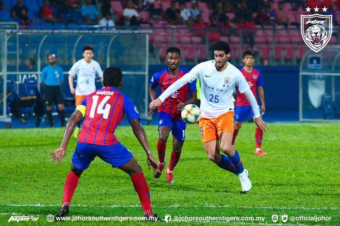 Gelandang Shandong Luneng, Marouane Fellaini (25) mencoba melewati jangkar Johor Darul Takzim, Harris Harun (14) pada lanjutan Liga Champions Asia 2019 di Stadion Dato Tan Sri Hassan Yunos, Larkin, Johor Bahru, 24 April 2019.