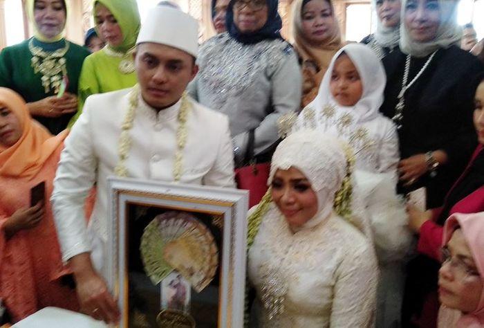 Pernikahan Muzdalifah dan Fadel Islami di kediamannya di Jalan Adi Sucipto, Tangerang, Jumat (26/4/2019).