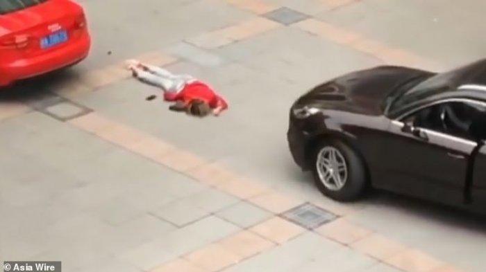 Seorang pria ditahan polisi setelah nekat melindas mantan pacarnya sendiri dengan mobil karena tak mau diajak balikan.
