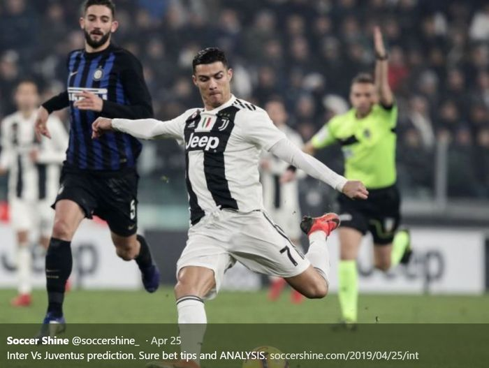 Cristiano Ronaldo melakukan sepakan dengan kaki kiri saat pertandingan melawan Inter Milan pada pertemuan pertama Liga Italia musim 2018-2019