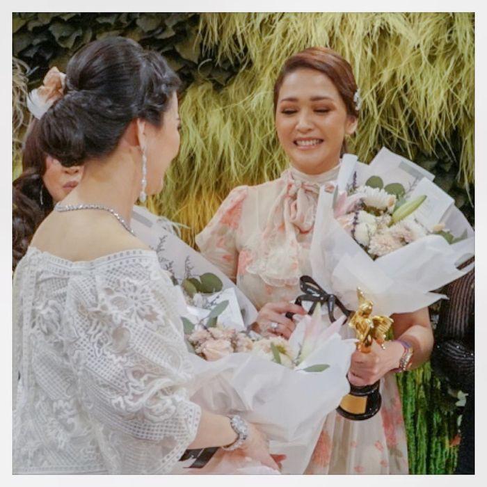 Maia Estianty saat menerima bunga dan trofi penghargaan dari Liliana Tanoesudibjo