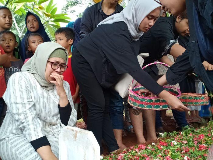 Prosesi pemakaman jenazah Eddy Riwanto di TPU Kampung Rawa Sapi, Kabupaten Bekasi, Jawa Barat pada Selasa (30/4/2019).