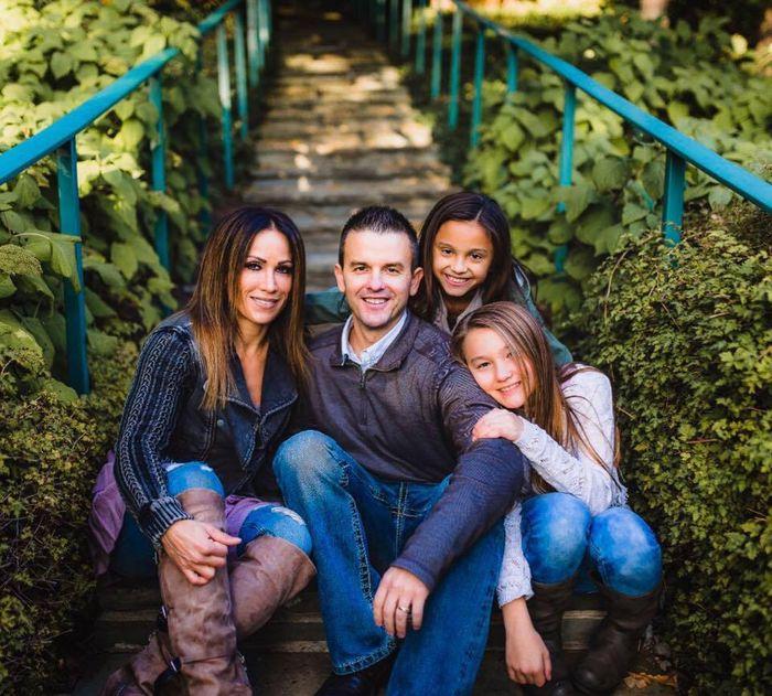 London bersama ayah, ibu, dan kakak perempuannya.
