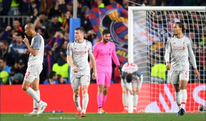 Ekspresi para pemain Liverpool (dari kanan ke kiri), Virgil van Dijk, Alisson, James Milner, dalam laga leg pertama semifinal Liga Champions kontra Barcelona di Stadion Camp Nou, 1 Mei 2019.