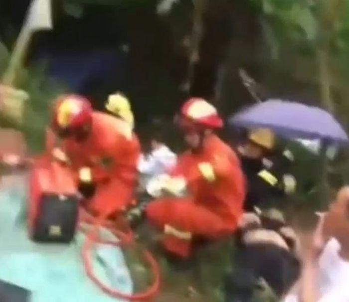 Tim penyelamat datang untuk memberika pertolongan kepada korban yang cedera.