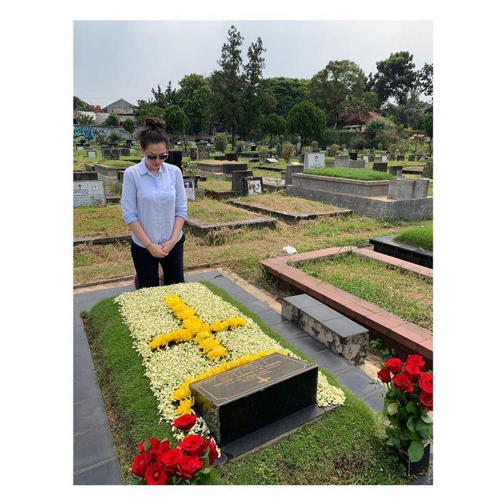 Jelang puasa, Christy Jusung nyekar makam ayahnya