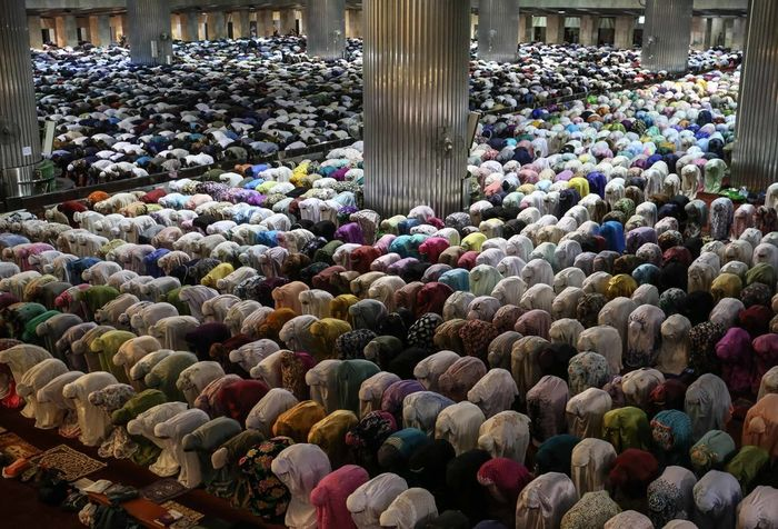 Umat Muslim melaksanakan shalat tarawih pertama di Masjid Istiqlal, Jakarta Pusat, Minggu (5/5/2019). Pemerintah melalui Kementerian Agama (Kemenag) telah menetapkan 1 Ramadhan 1440 Hijriah jatuh pada Senin (6/5/2019).
