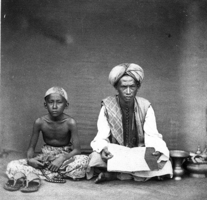 Guru mengaji dan santrinya sekitar akhir abad ke-19.
