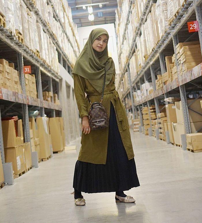 Shireen Sungkar gunakan rok plisket hitam