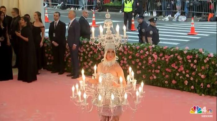 Mahkota Katy Perry yang juga mirip lampu gantung dengan hiasan lilin-lilin di sekelilingnya.